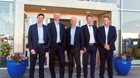 De tre forhandlerne slår seg sammen til konsernet Cognia. Fra venstre Nils Fredriksen, finansdirektør, Grant T. Larsen, konsernsjef, Marius Spiten-Nysæter, direktør strategi og forretningsutvikling, Dag Liverød, administrerende direktør Bil-Service Personbiler og Petter Haakestad, leder for eiendom.