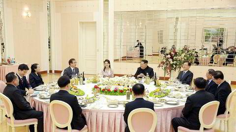 Nord-Koreas diktator Kim Jong-un dukket uventet opp på en velkomstmiddag for en sørkoreansk delegasjon sammen med sin kone og yngre søster på mandag kveld. Dette blir sett på som et viktig, symbolsk gjennombrudd i forholdet mellom de to koreanske landene.