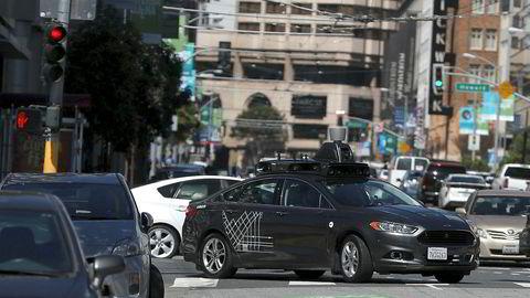 En førerløs Uber-bil kjører ned en gate i San Francisco, 28. mars 2017. Nylig kjørt en slik bil på en kvinne i Arizona. Kvinnen døde senere av skadene.
