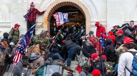 Opprørere møter politiet da de forsøkte å trenge seg inn i Capitol onsdag denne uken.
