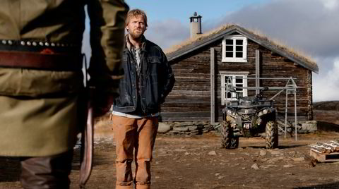 Norske og finske skuespillere, dansk manusforfatter og islandsk regissør, «Velkommen til Utmark» er blitt en real «nordipudding». Stig Henrik Hoff (med ryggen til) og Tobias Santelmann.