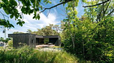 Semi-atrium. Uterommet er avgrenset av hytta på to sider, og av knauser og trær på de to andre.