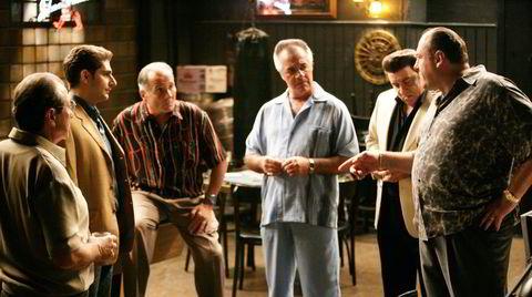 The fellas. Pene dresser, joggedresser, løse bomullsskjorter. Kostymedesigner Juliet Polsca kalte mafiagjengens slips for goomba-slips. Goomba er et av flere ord som dukker opp i «Sopranos»-universet, og betyr en nær venn – brukt spesifikt blant italiensk-amerikanske menn.
