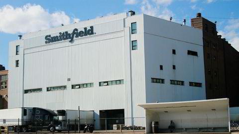 Ved Smithfields anlegg for prosessering av grisekjøtt i Sioux Falls har helsepersonell påvist flere titall tilfeller av koronasmitte.