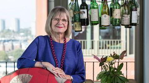 Financial Times' egen vinjournalist Jancis Robertson har samlet berømte vinflasker som ble drukket på 80-tallet i lysekronen over spisebordet. – Sånne sjeldne viner drikker vi jo nesten aldri lenger, sukker hun.