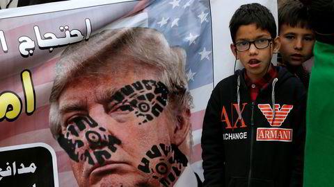 Det har vært demonstrasjoner i Iran, Irak, Tyrkia og Pakistan mot USA i løpet av helgen etter den amerikanske likvideringen av den iranske generalen Qassem Soleimani i Irak sist fredag. Her fra Islamabad i Pakistan.