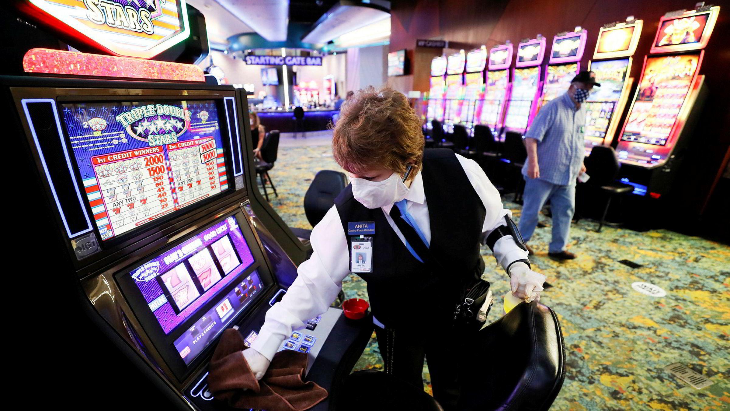 En spilleautomat desinfiseres ved Prairie Meadows-kasinoet i Altoona, Iowa. Onsdag var den verste dagen for nye koronatilfeller i USA siden april.