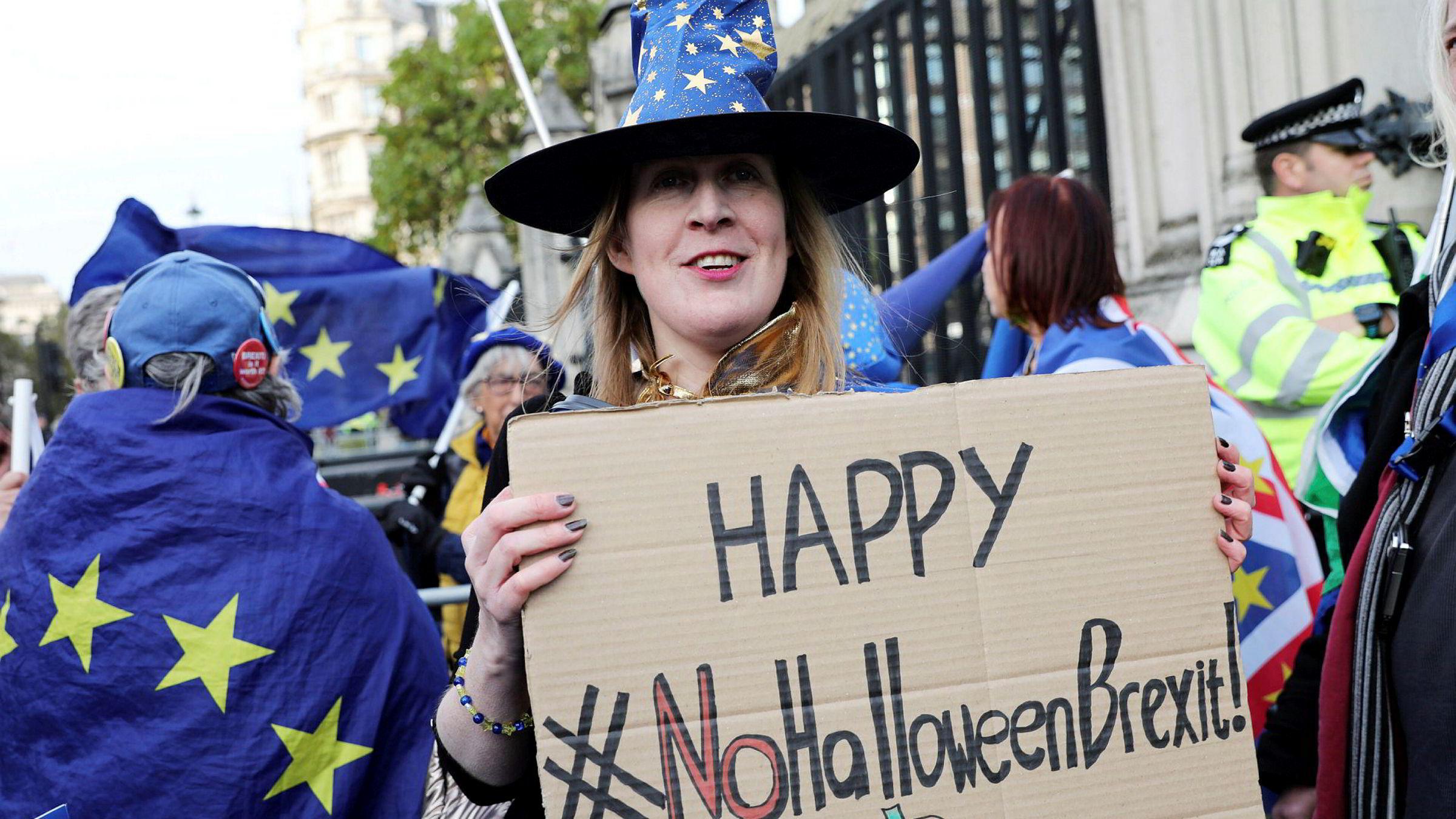Anti-brexit-demonstranter holder skansen utenfor parlamentet. Nå er det duket for nyvalg for tredje gang på fire år.