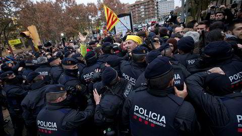 Myndighetene trekker tilbake politi fra Catalonia.