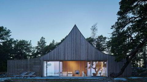 Ut i naturen. Utvendig er hytta kledd i sedertre som gråner med tiden. Taket er dekket med sink, og hele bygningskonstruksjonen er i tre.