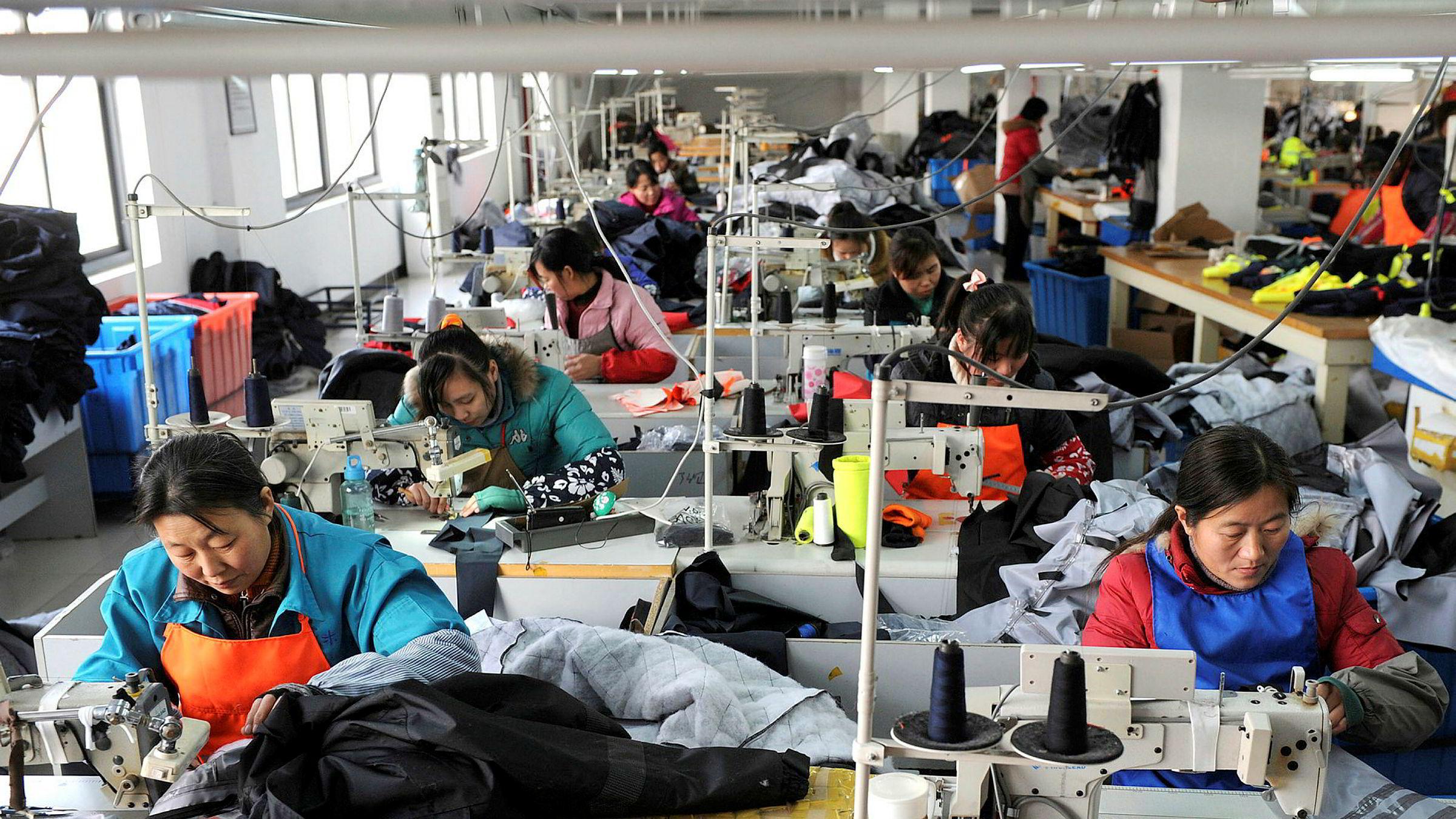 Ansatte ved en kinesisk tekstilfabrikk. – Kina blir mindre attraktivt nå nettopp på grunn av økte lønninger, skriver artikkelforfatteren.