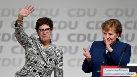 Annegret Kramp-Karrenbauer (til venstre) ble heiet frem av Tysklands forbundskansler Angela Merkel. Nå trekker hun seg.
