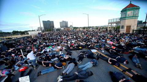 Demonstranter i Oregon la seg tirsdag kveld ned i ni minutter, som var tiden politimannen i Minneapolis hadde kneet på George Floyds nakke.