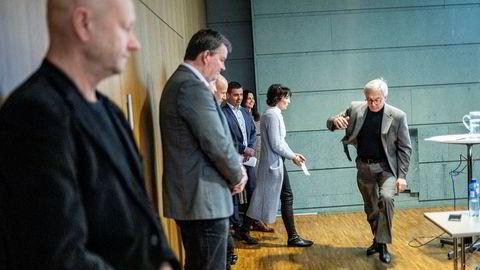 Næringslivstopper og industriledere sto på rekke og rad da avtroppende leder i Norsk olje og gass, Karl Eirik Schjøtt-Pedersen, presenterte kuttplanene for norsk sokkel i NHO-bygget mandag ettermiddag. Stein Lier-Hansen i Norsk industri og LO-leder Christian Gabrielsen i forgrunnen.
