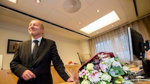 Geir Inge Sivertsen (H) fikk en meget kort karriere som fiskeriminister. Her under nøkkeloverleveringen.