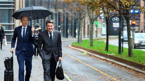 Norwegians fungerende sjef Geir Karlsen (fra høyre) fikk et par timers søvn etter avtalen med en kinesisk bank natt til torsdag. Snart skal styreleder Niels Smedegaard avgjøre hvem som blir varig toppsjef – og sikre lønnsomhet. Torsdag var de på vei til møter i Oslo sentrum.