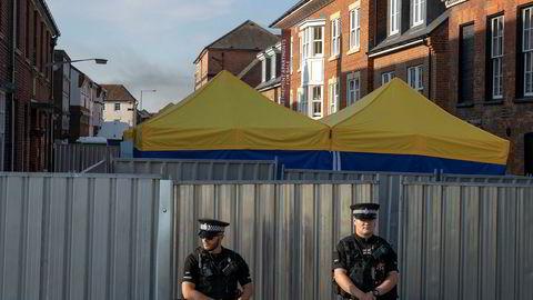 Politiet holder vakt utenfor et «point of interest» i Salisbury i forbindelse med etterforskningen av dødsfallet til 44-årige Dawn Sturgess.