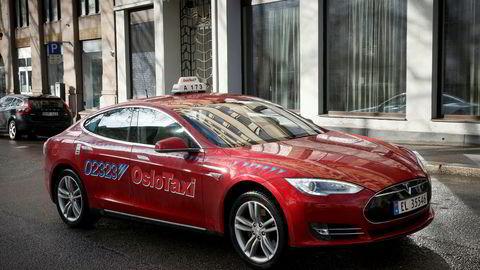 En Tesla Model S fra Oslo Taxi kjører i Oslos gater. Fra 2021 vil Agder Taxi bare tillate elektriske biler eller hydrogenbiler inn i parken av drosjer i selskapet. Foto: Heiko Junge / NTB scanpix
