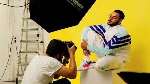 Poserer. Moh Dasoki vil bygge seg opp som artist på Instagram. Derfor bruker han både profesjonell stylist og fotograf, denne gangen Helge Brekke, for å friske opp profilen sin.