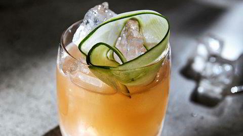 Saar er en pen drink, der de grønne agurkstrimlene gir både farge og aroma.