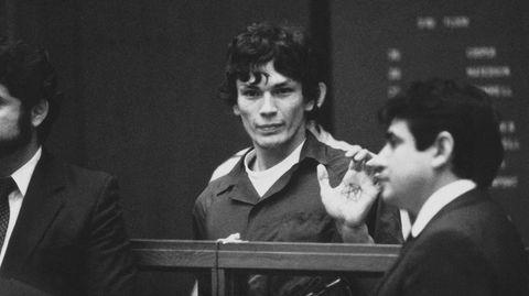 Ricardo Leyva Muñoz Ramirez (i midten) , som også brukte navnet Richard Ramirez, ble i 1988 dømt for blant annet 13 drap. Tv-serien «Night Stalker» forteller om etterforskningen av seriemorderen.