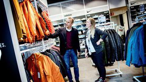 Gresvig-sjef Pål H. Rasmussen har mistet tetposisjonen i sportsbransjen til XXL i fjor. Nå forsøker Gresvig-konsernet å slå tilbake med rendyrking av de tre kjedene G-Sport, G-Max og Intersport. Her i butikken på Aker Brygge med butikksjef Sandra Linløkken.