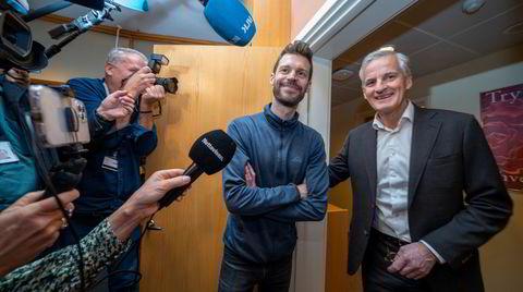 Rødt-leder Bjørnar Moxnes møter AP-leder Jonas Gahr Støre på Stortinget etter valget denne uken. Han smiler men holder armene avventende i kors foran brystet. Hvor mye har han å gi?