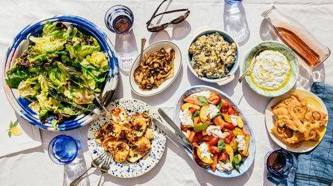 Sammen på piknik. Grønn potetsalat med varmrøkt laks, melon med spekeskinke, chilicrisp og tomatsalat med nektarin og burrata er noen av Julie Ilona Balas sine anbefalinger for en smakfull piknik.