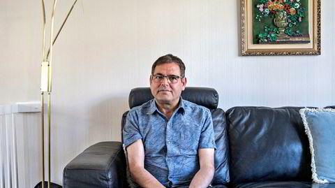 Fra sofakroken hjemme på Søndre Nordstrand forteller Reza Bastani rolig om et urolig liv. Han kom som flyktning til Norge i 1989 etter å ha vært med på et militært forsøk på å velte prestestyret i Iran. Nå har han i seks år kjempet mot norske utlendingsmyndigheter for å få kona si til Norge.