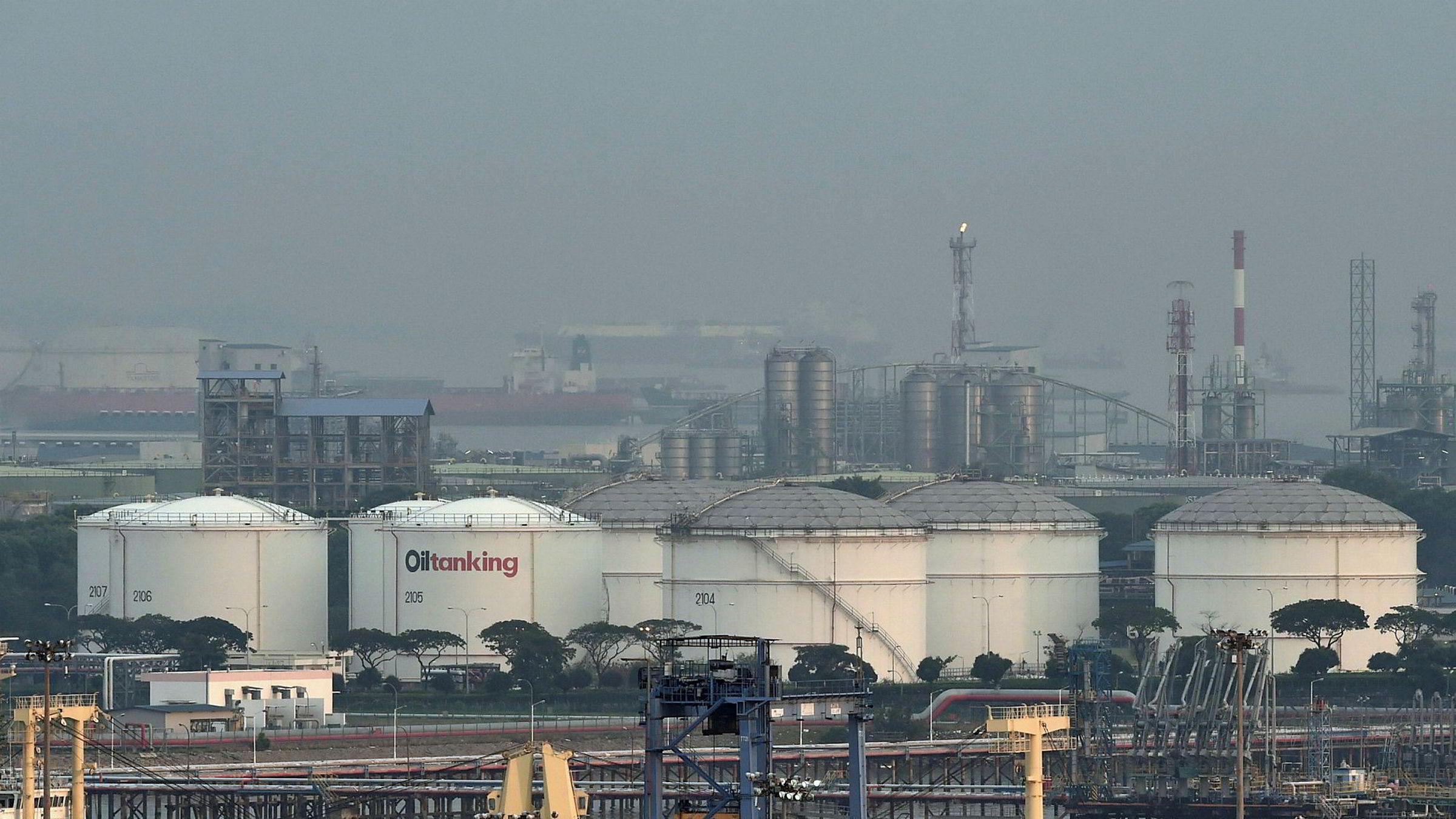 Den globale oljeetterspørselen ventes å falle med 8,6 millioner fat i år, ifølge Det internasjonale energibyrået. Oljeprisene har stabilisert seg etter «Black April». Her fra oljelagerhavnen i Jurong i Singapore.