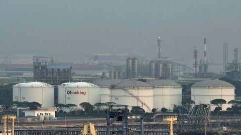 Singapore er et av de viktigste markedene for salg og omsetning av olje. Verden er i ferd med å gå tom for lagringskapasitet for olje. Her fra Jurong Island i Singapore.