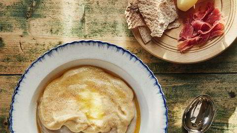 Halvfest. Slik pimper de grøten når det er halvfest i Orkdal: Byggmelsgrøt kokt på skummet melk får topping av rømmegrøt og forvandles til fortånnågraut.