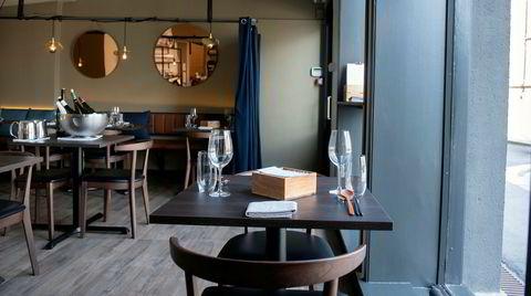 Spisesalen til koreanske J2 er holdt i en sober, nøytral stil med både åpent kjøkken og store vindusflater mot gaten.