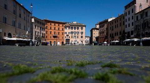 Gresset har begynt å spire mellom brosteinene på Piazza Navona i Roma i april. Menneskene som vanligvis tramper ned alle tegn til vekst har holdt seg hjemme i tre uker.