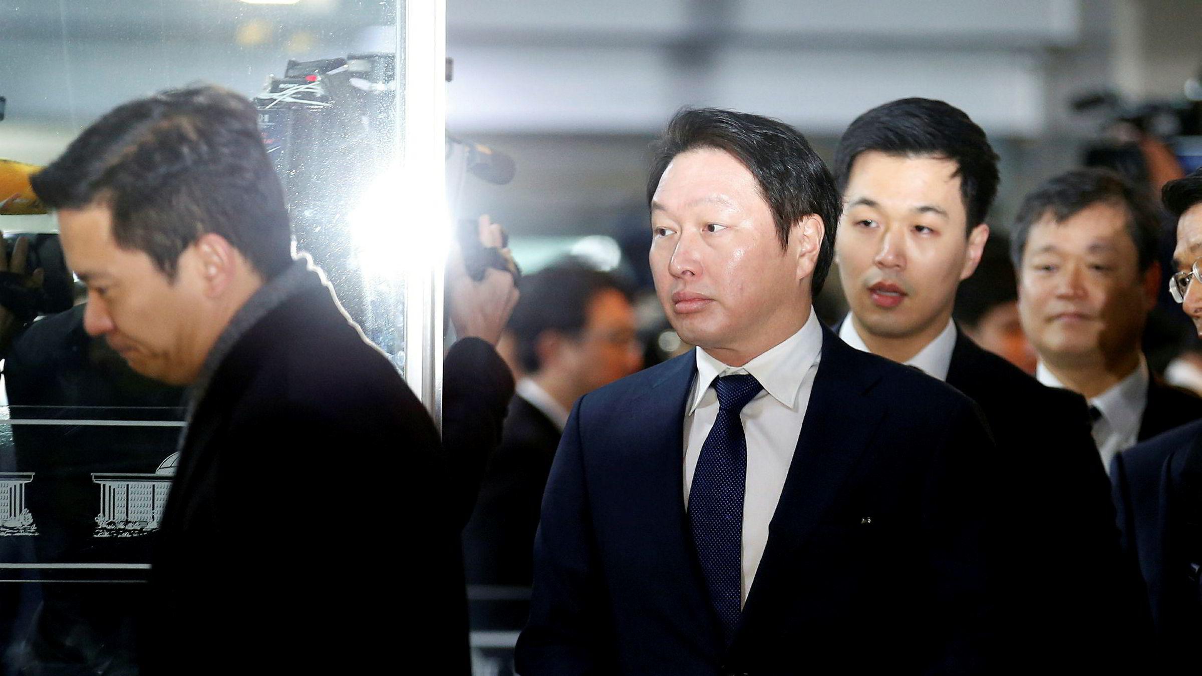 Styreformann Chey Tae-won i sørkoreanske SK Group har ønsket skilsmisse fra sin kone i flere år. Nå gir hun etter – i bytte mot et skilsmisseoppgjør verdt 11 milliarder kroner. Her ankommer Chey en parlamentshøring i Seoul i 2016.