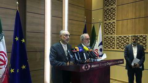Irans atomvåpensjef Ali Akbar Salehi snakker under en pressekonferanse sammen med EUs energikomissær Miguel Arias Cañete i Teheran i Iran lørdag.