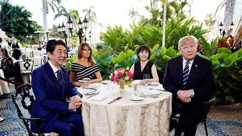 17. april var president Donald Trump og førstedame Melania Trump vertskap for Japans statsminister Shinzo Abe og hans kone Akie Abe på Trumps feriested Mar-a-Lago i Florida.