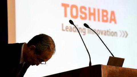 Toshibas konsernsjef Satoshi Tsunakawa måtte bukke dypt og komme med en unnskyldning i slutten av juni da selskapet ikke klarte å legge frem reviderte årsregnskaper - etter flere utsettelser. Selskapet har fått en siste frist til denne uken.