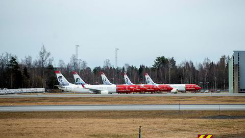 På Oslo lufthavn Gardermoen står en rekke av Norwegians fly parkert langs rullebanen og terminalene. Det er uklart om kreditorene som har finansiert selskapets voldsomme flybestillinger er villig til å støtte selskapets kriseplan.