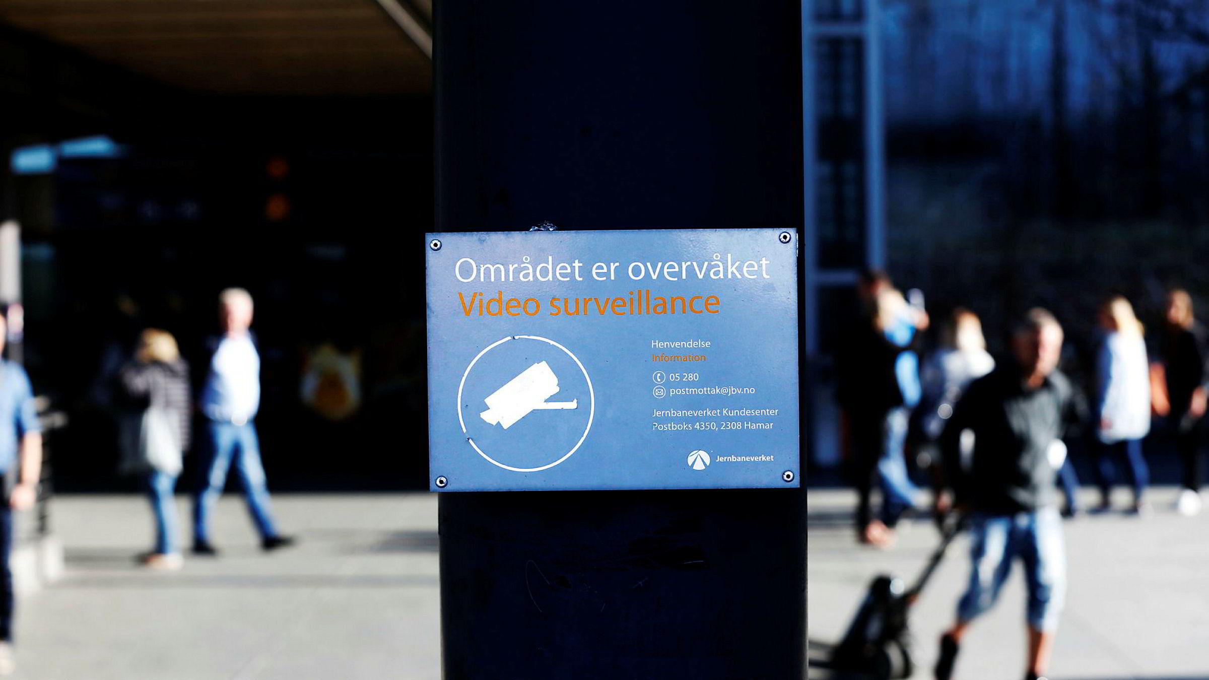 Selskapet Trend Micro fant 433.000 søkbare enheter tilkoblet internett i Oslo. Og er de søkbare, kan de i teorien også blir utsatt for angrep, skriver innleggsforfatteren. Her overvåkningskamera ved jernbanestasjonen Oslo S.