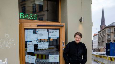 Aksel Steen, daglig leder av restauranten Bass på Grünerløkka i Oslo, har ikke råd til å betale de ansattes feriepenger i juni. Allerede før koronakrisen var omsetningen i hjørnerestauranten presset, på grunn av store gravearbeider i gatene utenfor og sviktende besøk.