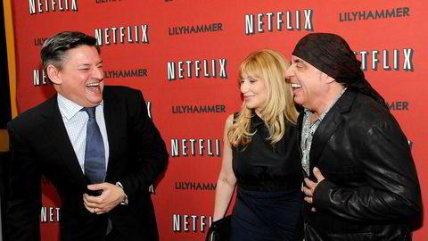 Innholdssjef Ted Sarandos i Netflix sier forholdet til NRK var anstrengt angående rettighetene til «Lilyhammer». Her sammen med hovedrolleinnehaver Steven Van Zandt og Maureen Van Zandt under premierevisningen av serien i New York i 2012.