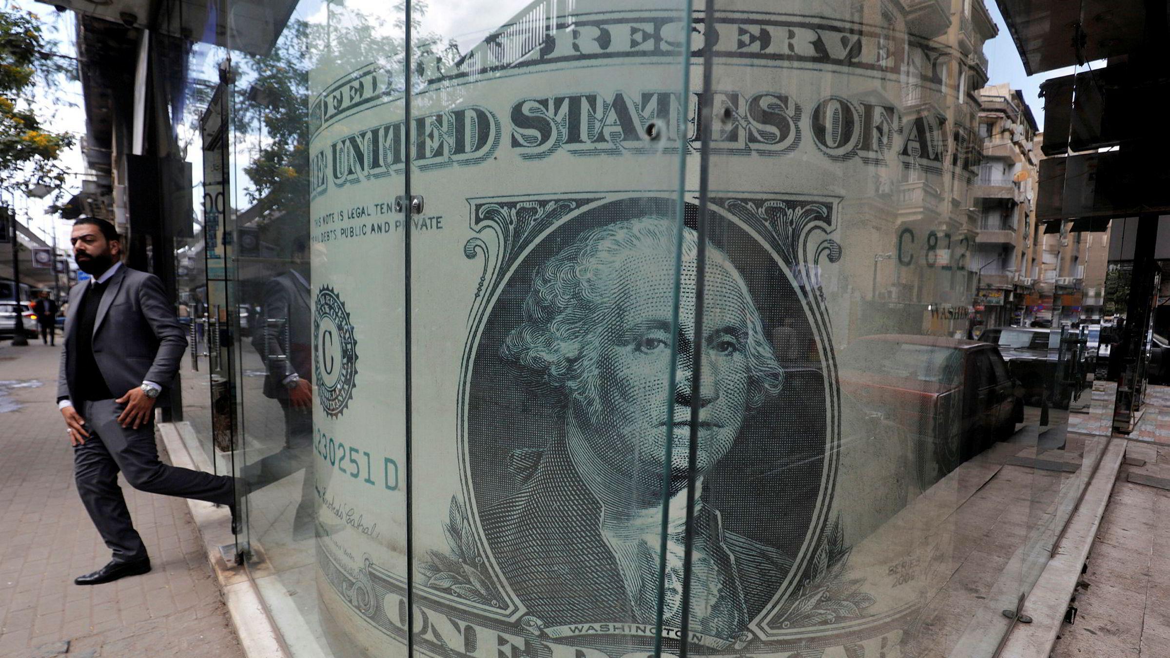 Alle vil ha dollar når det er panikk i finansmarkedene. Bildet er fra et vekslingskontor i Kairo.