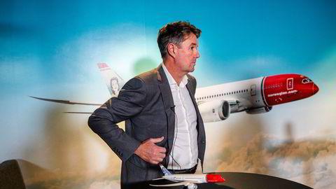 Norwegians finansdirektør Geir Karlsen sier selskapet ønsker å ta del i en krisepakke fra staten, selv om det er innledet en prosess for konkursbeskyttelse i Irland samtidig. Her fra pressekonferansen på Fornebu onsdag.