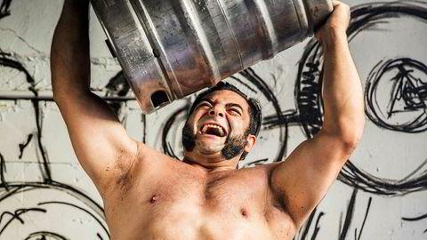 Keg-lift. Patrik Baboumian måtte spise nesten kontinuerlig da han var på sitt sterkeste, forteller han. Han har en verdensrekord i såkalt keg-lift, en av strongman-øvelsene.