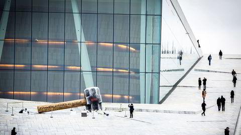 En enorm hammer er satt opp utenfor operaen i Bjørvika. Det er et reklamestunt for den norske Netflix-serien «Ragnarok» som har premiere 31. januar.