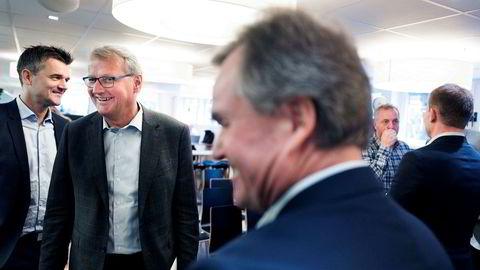 DNB-sjef Rune Bjerke (med briller) er også styreleder i Vipps og åpner for at mobilappen kan bli lansert i store markeder i Mellom-Europa. Her med Vipps-sjef Rune Garborg (til venstre) og konsernsjef Finn Haugan i Sparebank 1 SMN.