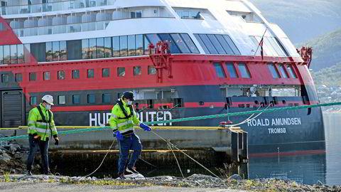 Hurtigruten har fått 90 millioner i kontantstøtte fra regjeringens kompensasjonsordning. Her er MS Spitsbergen ved kai i Tromsø.