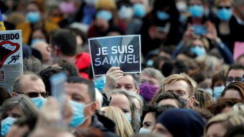 Tusenvis av mennesker samlet seg i Paris for å minnes den halshugde læreren Samuel Paty.