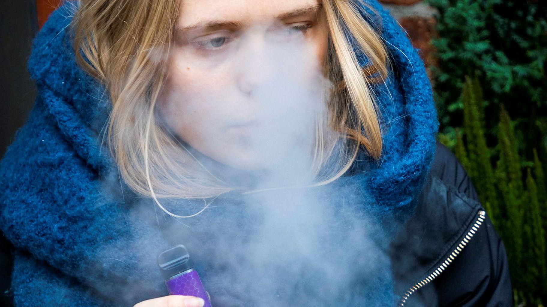 Vi mener fortsatt at et viktig tiltak for å redusere unges eksponering for tobakk og e-sigaretter vil være å øke aldersgrensen for kjøp – i første omgang til 20 år, skriver artikkelforfatterne. Her er Sol Eriksen med en e-sigarett.